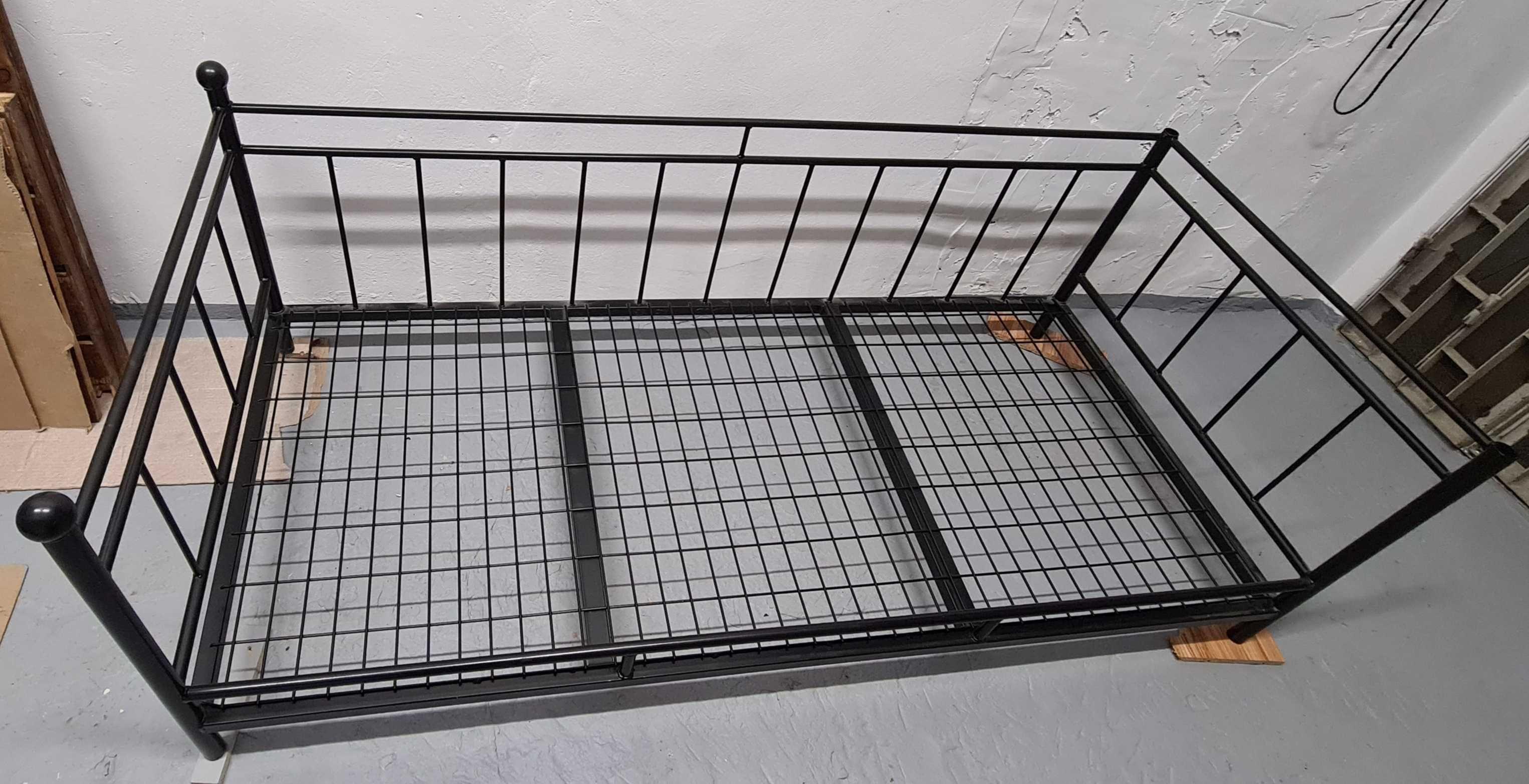 Łóżko stalowe czarne