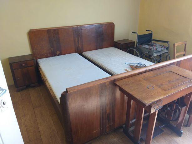 Zestaw mebli drewnianych: podwójne łóżko, szafa, dwa stoliki nocne