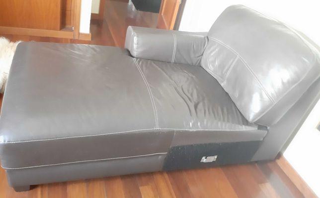 Sofá de couro castanho com chaise-longue