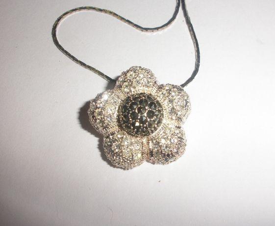 Fio em prata de lei com flor em zircónias