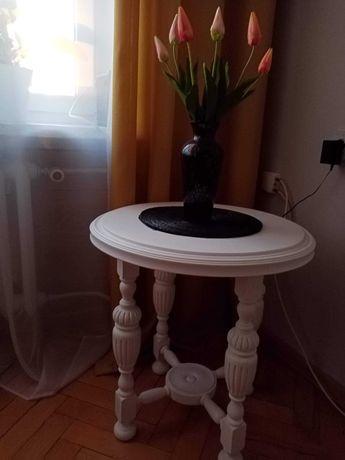 Stolik w kolorze białym
