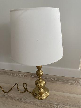 Lampa wykonan z mosiadzu.