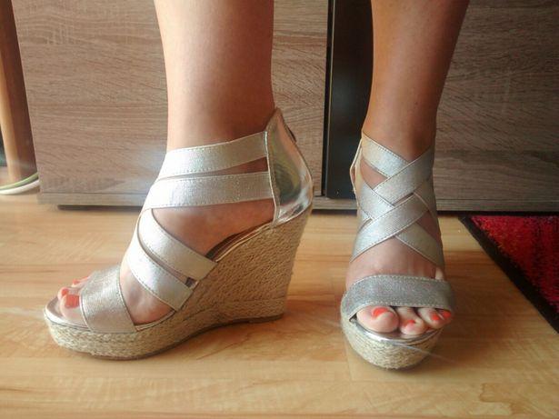 Srebne buty na koturnie 37