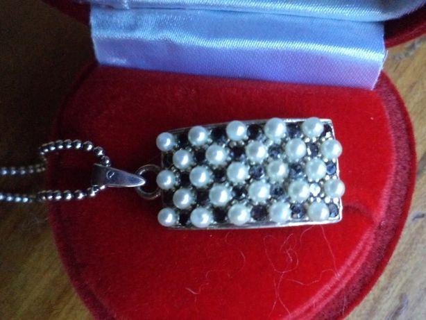 Zawieszka srebrna z perełkami i czarnymi cyrkoniami