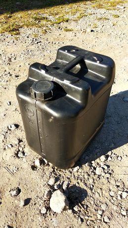 Каністра пластикова для зберігання масла або дизельного палива.