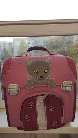 Отдам даром рюкзаки школьные.