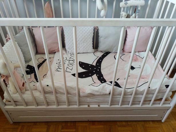 Łóżeczko dziecięce 120x60 drewniane białe pościel materac zabawka