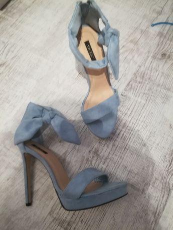 Błękitne sandały na szpilce Nowe
