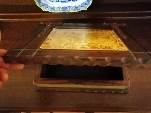 Vendo caixa de madeira antiga em bom estado em forma de livro