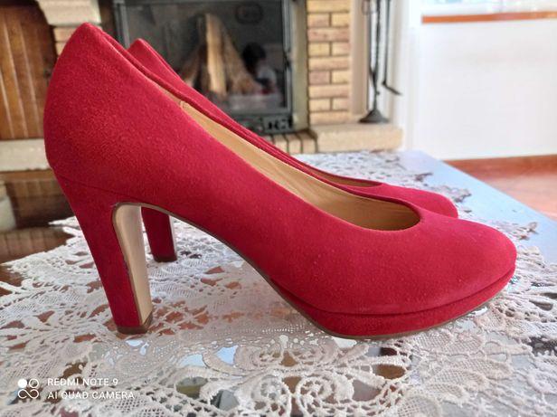 Sapatos em nubuk vermelho