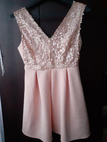 Sukienka w kolorze morelowym z cekinami