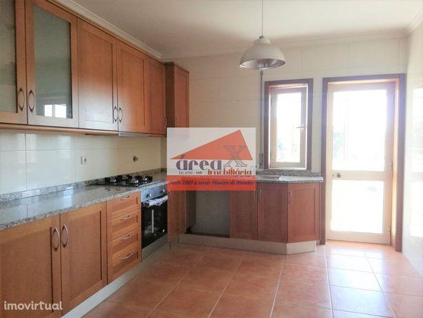 T2 com 2 casas de banho (1 suite), garagem fechada e arrumos grande no