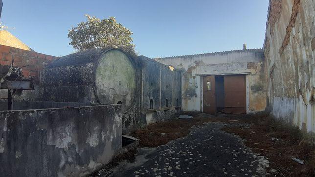 Terreno com casa em ruínas