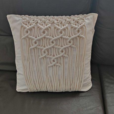 Ozdobna poszewka 40x40 na poduszkę wykonana metodą makramy