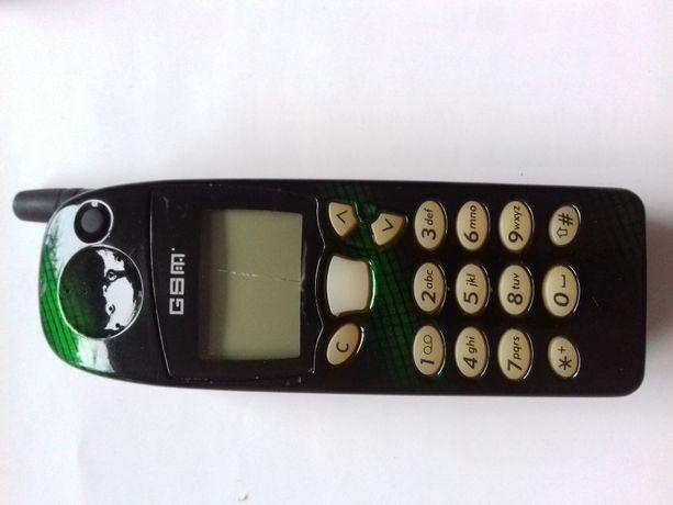 Stara Nokia 5110 klasyk stary telefon komórkowy z ładowarką i baterią.