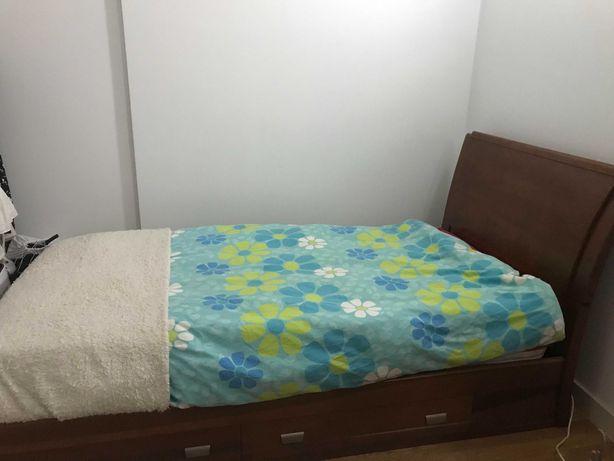 Conjunto de móveis (cama, mesa de cabeceira e estante)