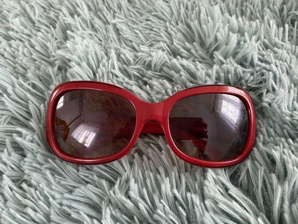 Okulary przeciwsłoneczne koloru czerwonego