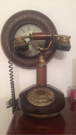 Mesa de jogo com 4 cadeiras madeira maciça e telefone antigo