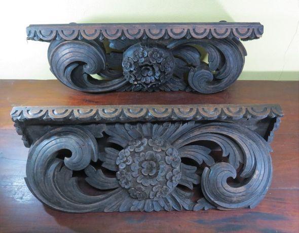 Par de mísulas/prateleiras/etagéres em madeira de castanho entalhada;