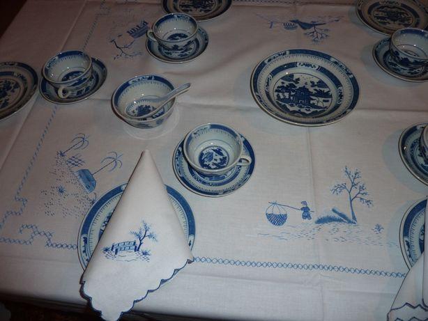 Serwis z chińskiej porcelany na 11 osób i bawełniany obrus.