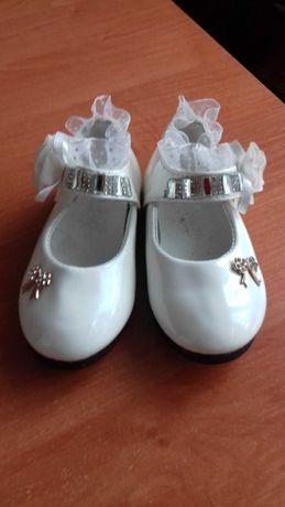 Нарядные детские лаковые туфли, размер 23.