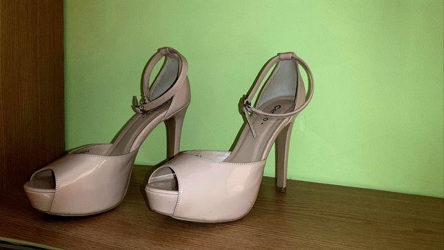 Взуття жіноче на підборах