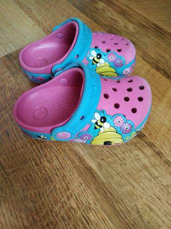 Crocs C8 kapcie buty 25