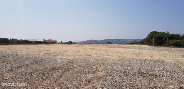 Arrendamento de terreno vedado com 8.400m2 em Negrais