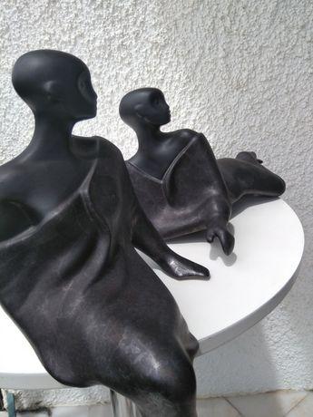2 bonecos em cerâmica, um sentado e outro deitado de lado, 50cm×24cm,