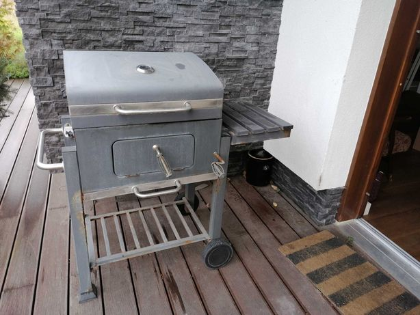 Solidny grill węglowy