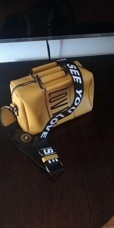 Żółta torebka na grubym pasku z napisem!
