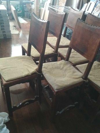 Cadeiras antigas em madeira trabalhada e pele