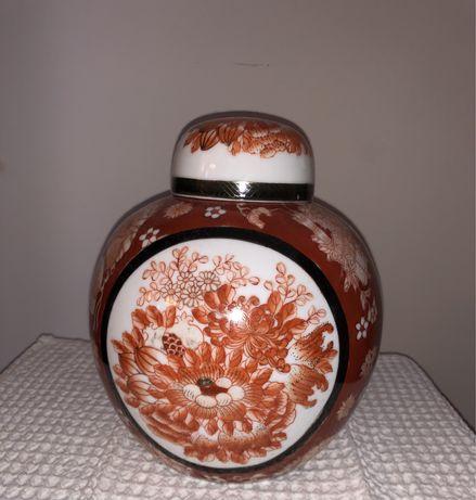 Pote com tampa, em porcelana chinesa  Alt: 20 cm