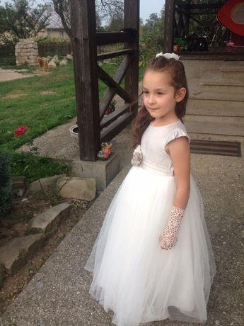 Пишна сукня. Біле святкове плаття.