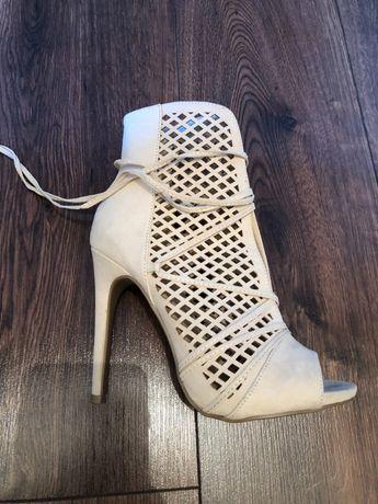 Buty na obcasie , nowe