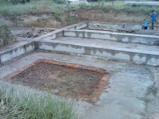 Земельный участок с фундаментом для дома и цокольным этажом в Каховке.