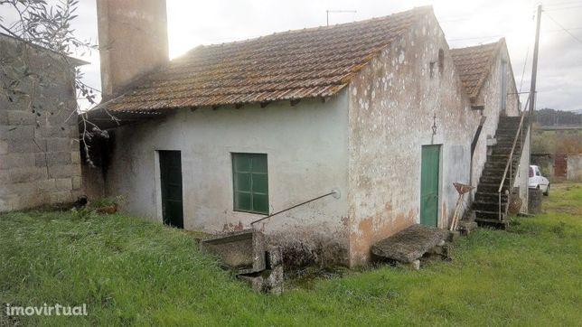 Casa de campo com terreno e poço perto da cidade de Tomar no centro de
