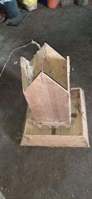 Comedouros em zinco e outros de madeira