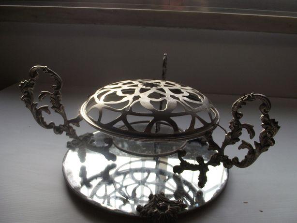 Antiga floreira em metal com base em espelho - centro de mesa