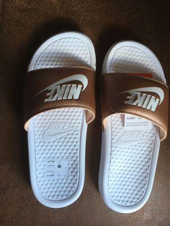 Chinelos Nike Benassi brancos e bronze tamanho 38 + calções Nike