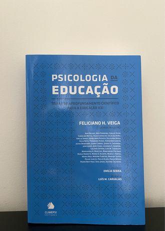 """Vendo livro """"Psicologia da Educação"""""""