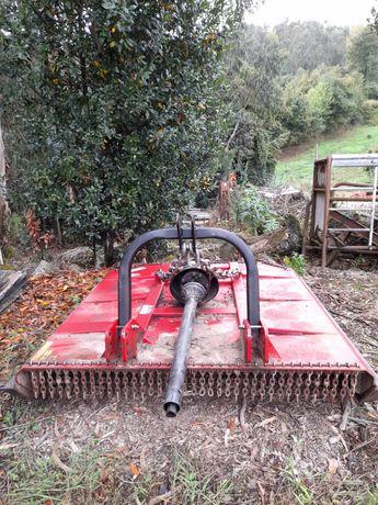 Capinadeira para limpeza de terrenos agrícolas e florestais