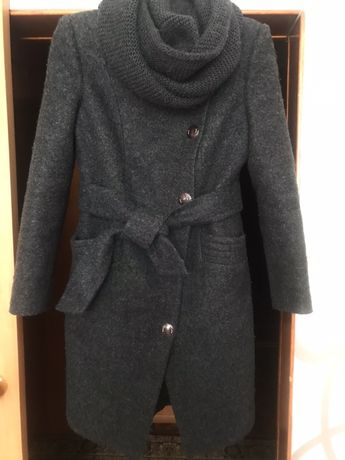 Пальто жіноче темносинього кольору з хомутом