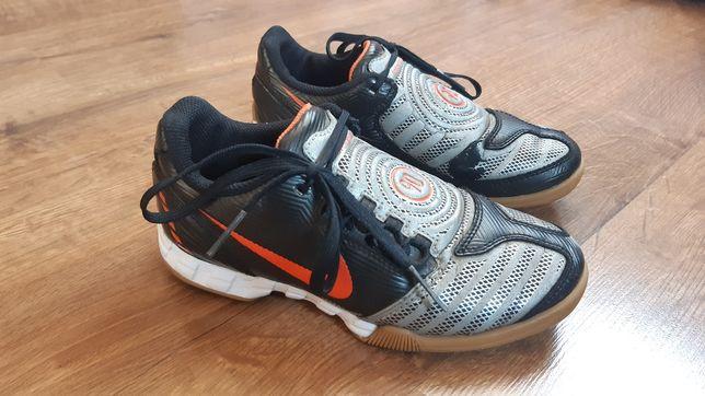 Buty sportowe, adidasy chłopięce Nike 33