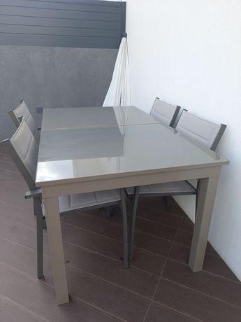 Conjunto Mesa extensível e 4 cadeiras