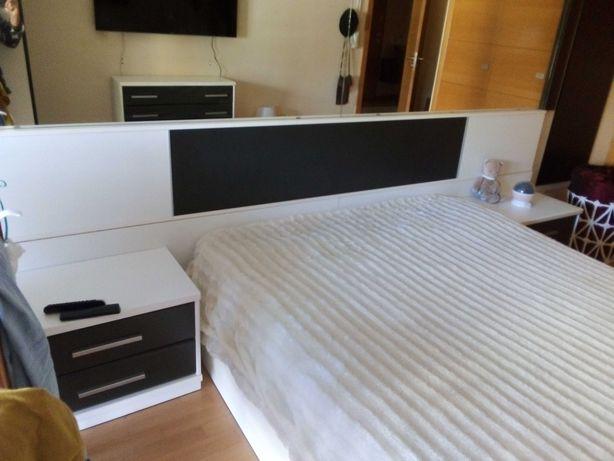 cómoda + 2 mesas cabeceira preto e branco
