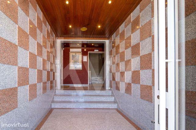 T2 com 94 m² de área útil e 2 arrecadações em Santa Marta do Pinhal (C