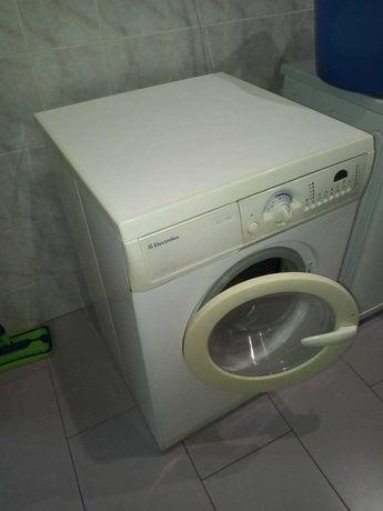 Надежная стиральная машина Electrolux EW1477F, 5кг