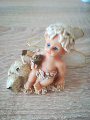 Figurka siedzący aniołek