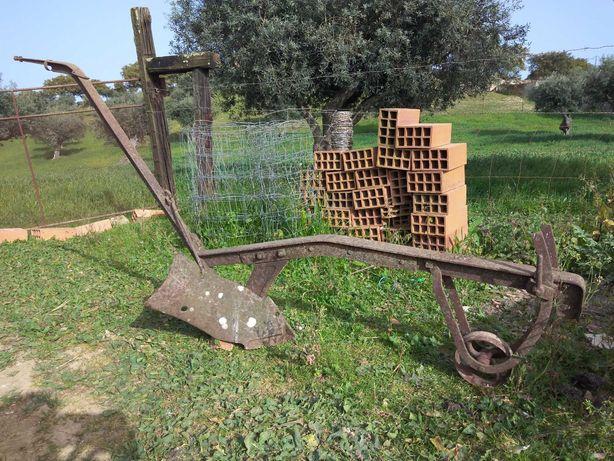 Par de charruas antigas com pouco uso